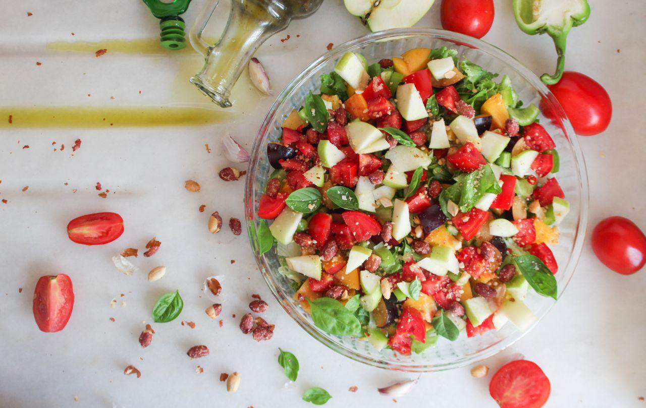 Rajčatový salát s ovocem a dresinkem z arašídů a bazalky