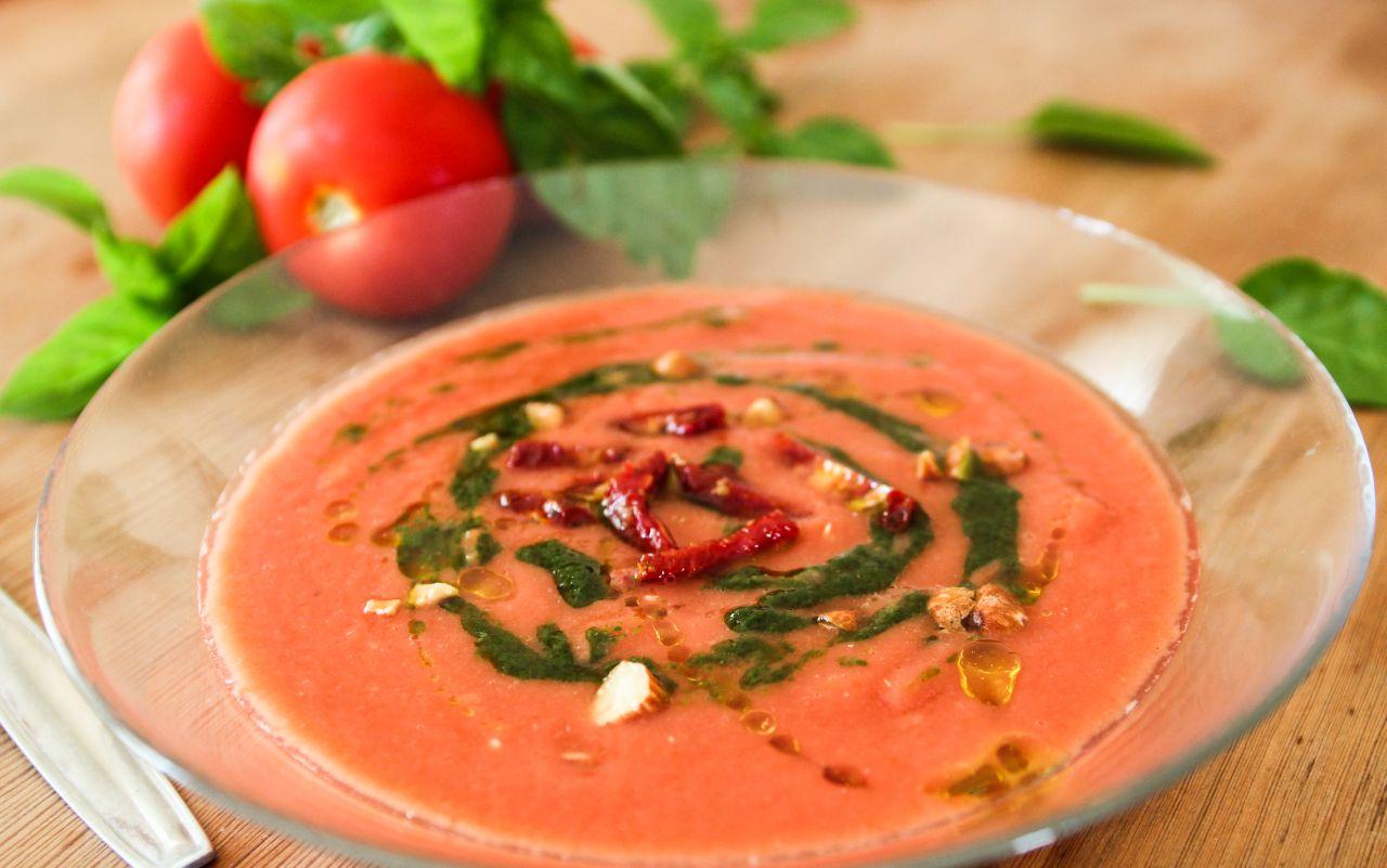 Raw rajčatová polévka s datlemi a pestem