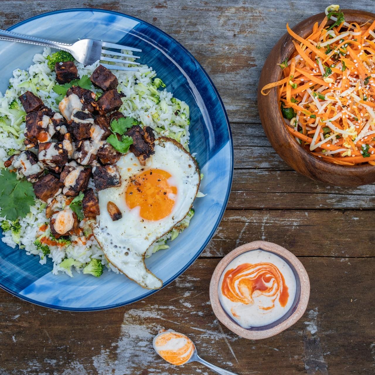 Nakládané tofu s brokolicovou rýží a studenou kokosovou omáčkou