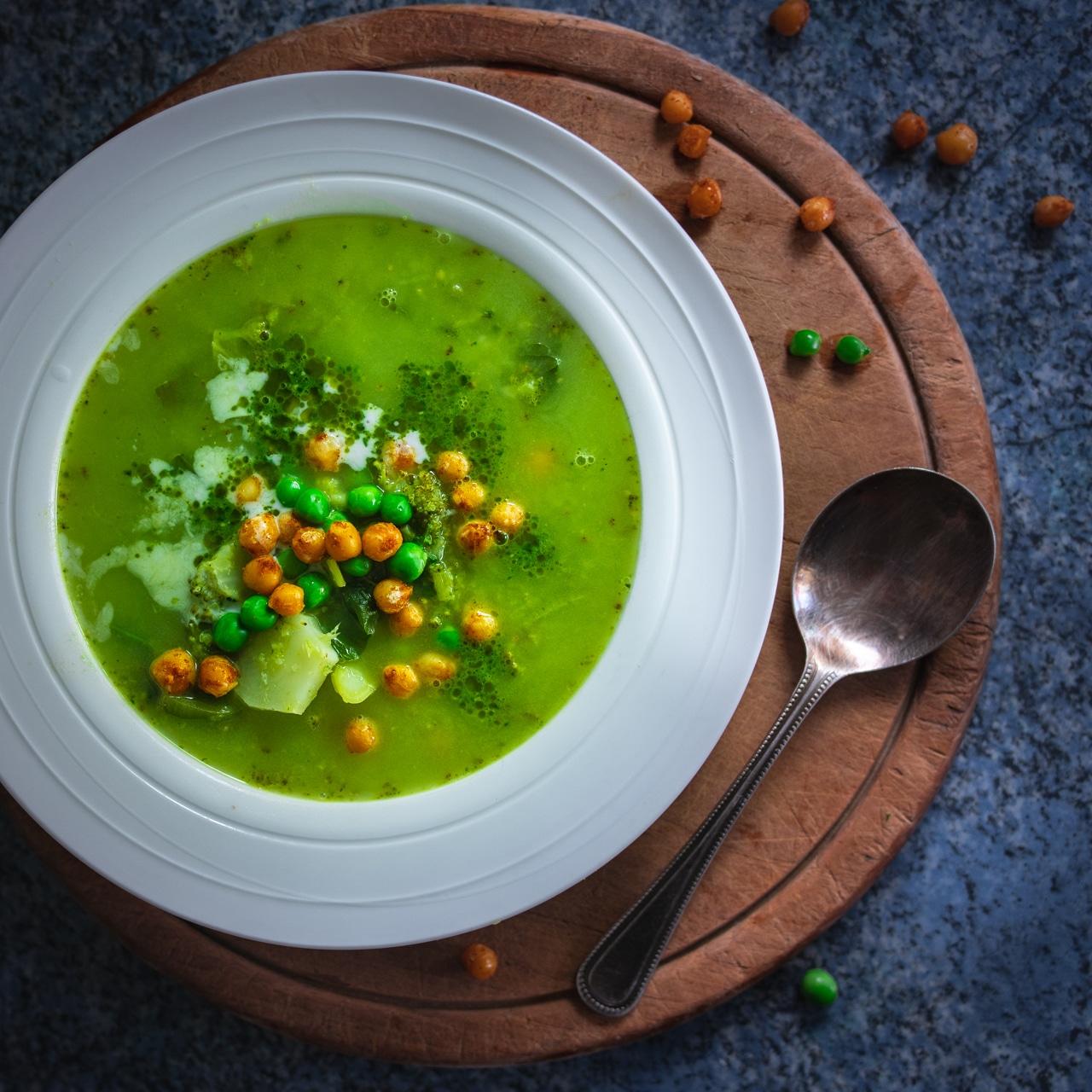Zelená polévka s křupavou cizrnou